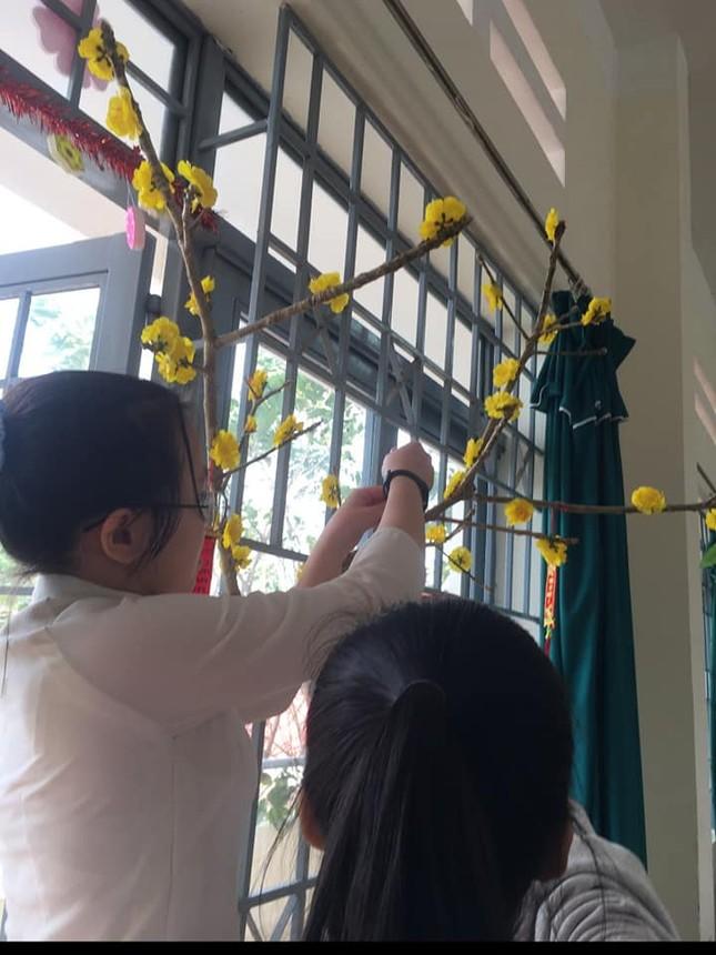 Các bạn học sinh trang trí lớp học đón Tết: Thỏa sức sáng tạo và khoe độ khéo tay! ảnh 2