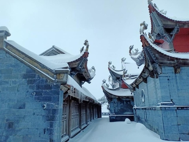 Tuyết rơi phủ dày trên đỉnh Fansipan (Lào Cai), khung cảnh đẹp tựa như phim cổ trang ảnh 1