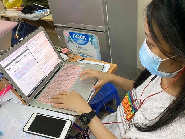 Hàng loạt trường Đại học tại TP.HCM thông báo cho sinh viên chuyển sang hình thức học online ảnh 1
