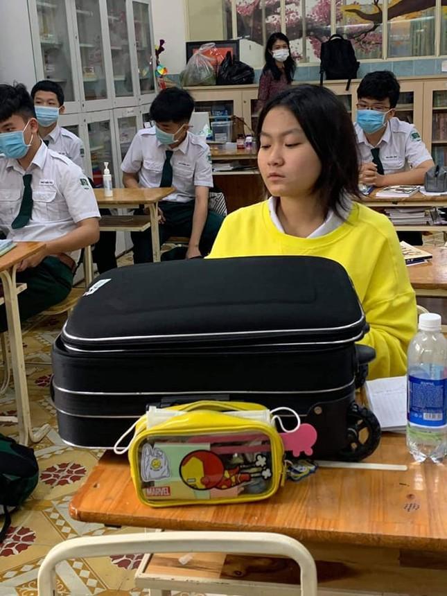 Teen mang vali kéo toàn sách vở tới lớp, biểu cảm của cô giáo khiến netizen thích thú ảnh 3