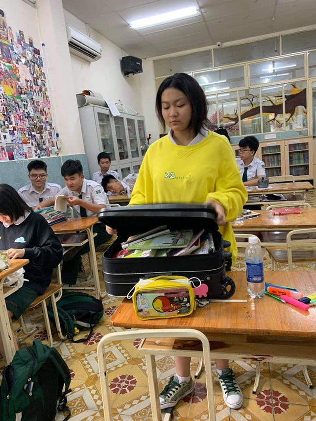 Teen mang vali kéo toàn sách vở tới lớp, biểu cảm của cô giáo khiến netizen thích thú ảnh 2