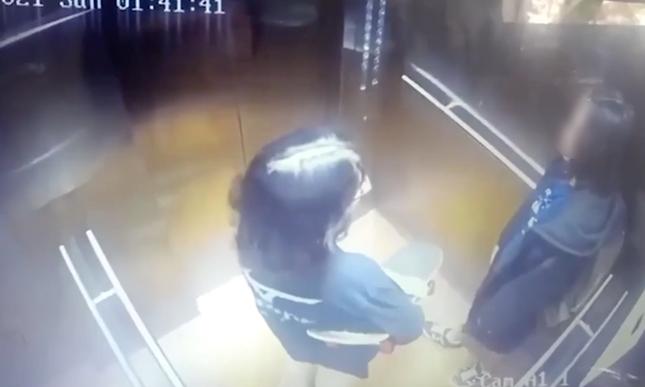 Camera ghi lại hình ảnh cuối cùng của 2 cô gái trẻ trước khi tử vong ở chung cư tại TP.HCM ảnh 2