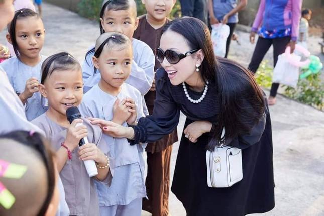 Hà Phương - vợ của 'Người Việt giàu nhất thế giới' làm việc thiện đầu xuân ảnh 2
