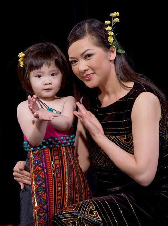 Con gái Như Quỳnh xuất hiện bên cạnh 'người tình không bao giờ cưới' của mẹ ảnh 1