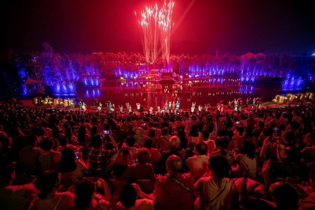 2000 khán giả đón pháo hoa mừng Tinh Hoa Bắc Bộ tròn 2 tuổi ảnh 3