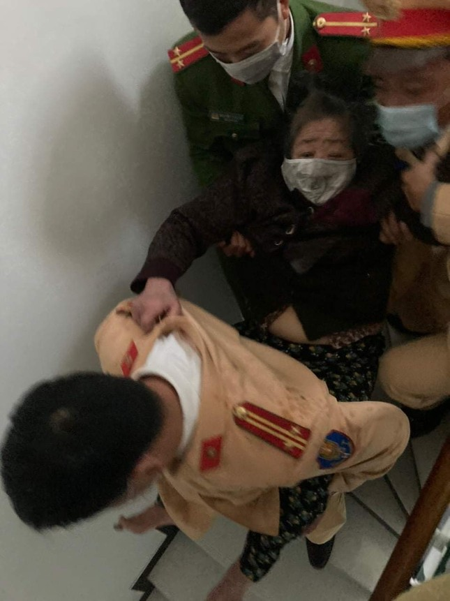 Cảnh sát giải cứu cụ bà 83 tuổi mắc kẹt trong đám cháy ở Hải Phòng ảnh 1