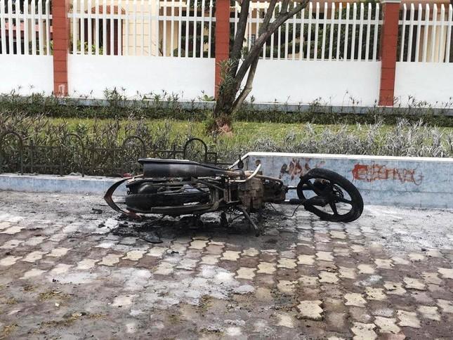 Vi phạm giao thông, nam thanh niên đốt xe máy trước mặt CSGT ảnh 2