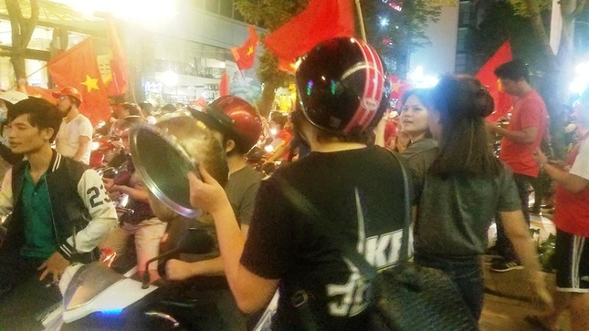 TPHCM: Xoong nồi xuống phố mừng U23 Việt Nam vào chung kết ảnh 3