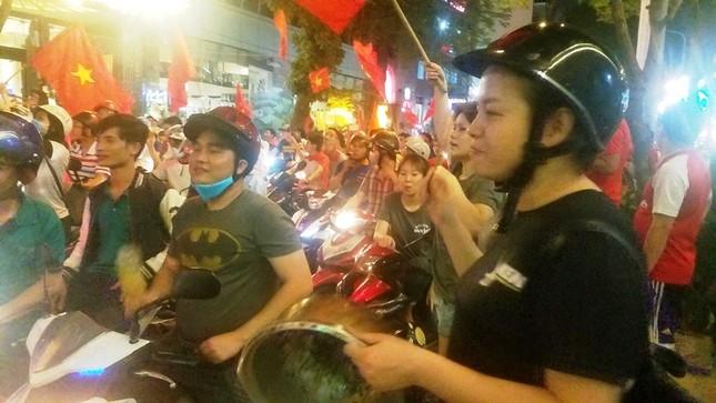 TPHCM: Xoong nồi xuống phố mừng U23 Việt Nam vào chung kết ảnh 4