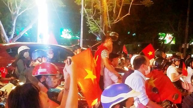 TPHCM: Xoong nồi xuống phố mừng U23 Việt Nam vào chung kết ảnh 8