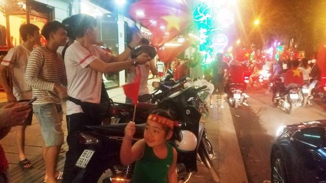TPHCM: Xoong nồi xuống phố mừng U23 Việt Nam vào chung kết ảnh 9