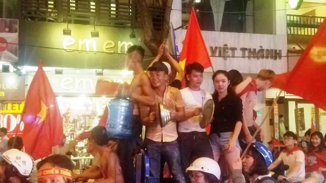 TPHCM: Xoong nồi xuống phố mừng U23 Việt Nam vào chung kết ảnh 5