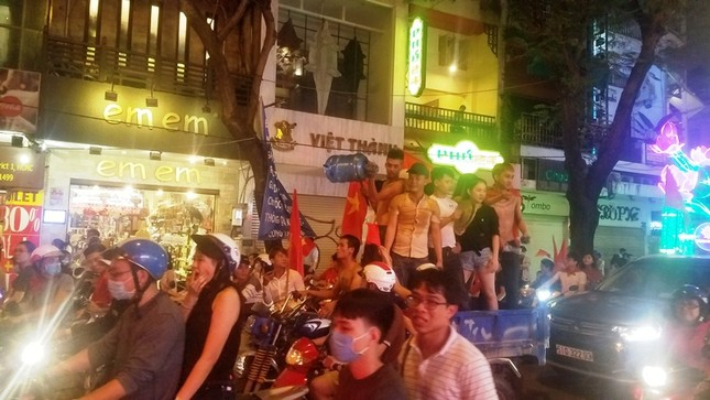 TPHCM: Xoong nồi xuống phố mừng U23 Việt Nam vào chung kết ảnh 11