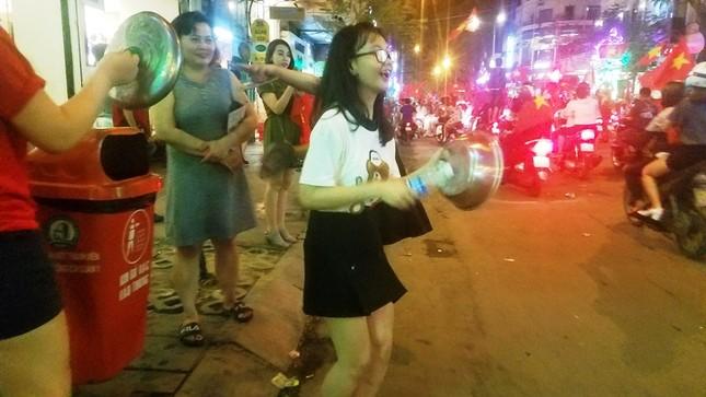 TPHCM: Xoong nồi xuống phố mừng U23 Việt Nam vào chung kết ảnh 7