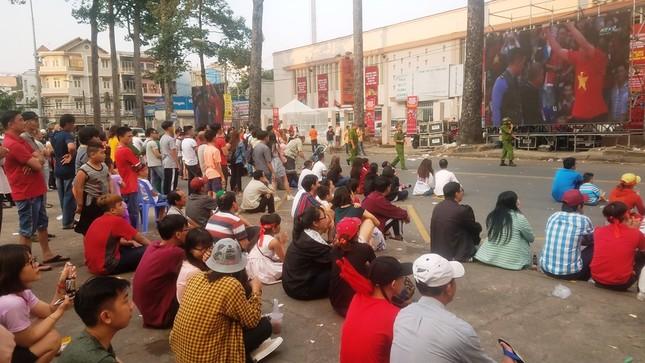 Ngồi bệt dưới đường xem U23 Việt Nam ảnh 1