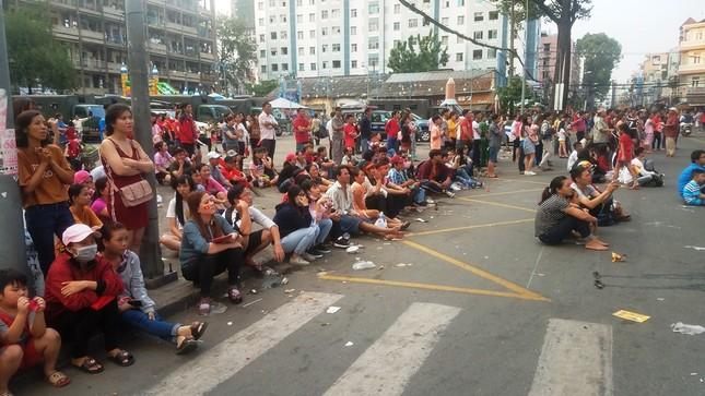 Ngồi bệt dưới đường xem U23 Việt Nam ảnh 2