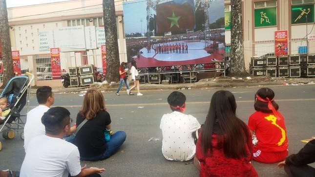 Ngồi bệt dưới đường xem U23 Việt Nam ảnh 3