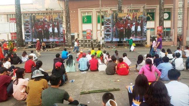 Ngồi bệt dưới đường xem U23 Việt Nam ảnh 4