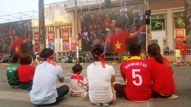 Ngồi bệt dưới đường xem U23 Việt Nam ảnh 6