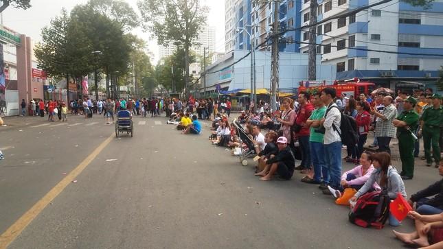 Ngồi bệt dưới đường xem U23 Việt Nam ảnh 7
