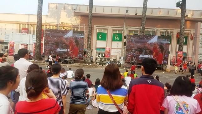 Ngồi bệt dưới đường xem U23 Việt Nam ảnh 8