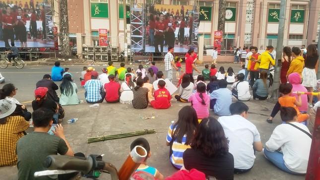 Ngồi bệt dưới đường xem U23 Việt Nam ảnh 9