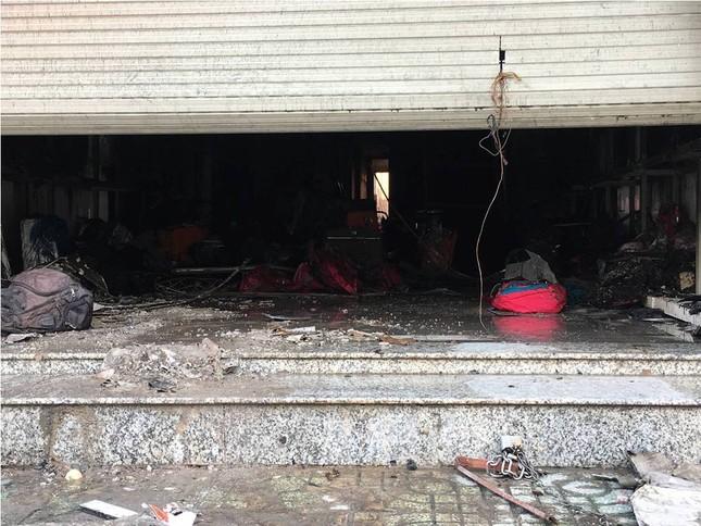 Giải cứu ba người mắc kẹt trong đám cháy ở Sài Gòn ảnh 1