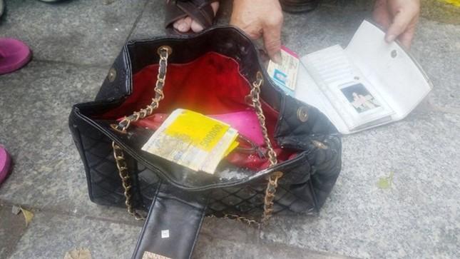 Túi xách chứa cọc tiền nghi của nạn nhân vụ cháy chung cư Carina ảnh 2