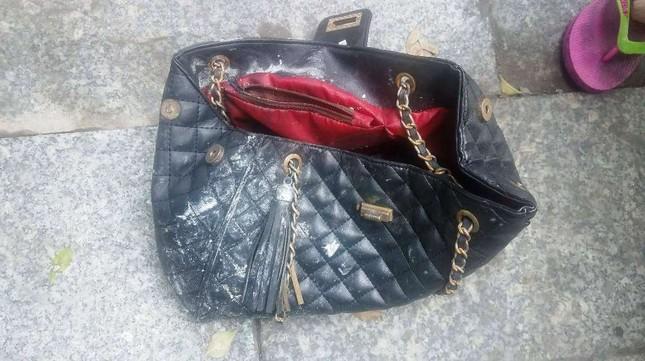 Túi xách chứa cọc tiền nghi của nạn nhân vụ cháy chung cư Carina ảnh 1
