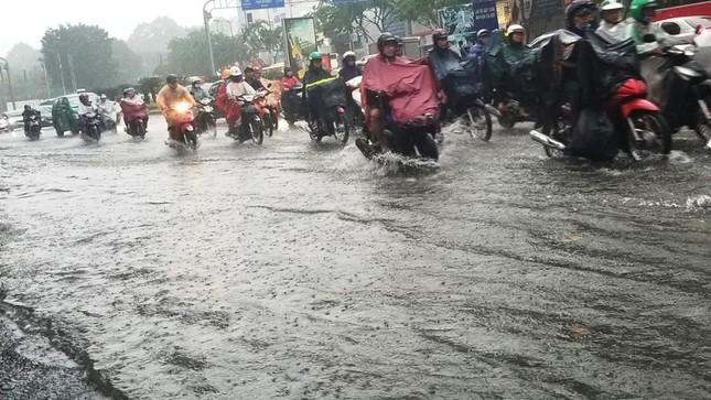 Giao thông cửa ngõ Tân Sơn Nhất tê liệt sau cơn mưa ảnh 1