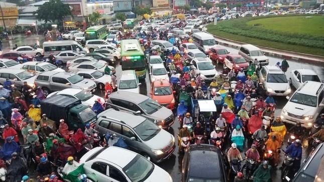 Giao thông cửa ngõ Tân Sơn Nhất tê liệt sau cơn mưa ảnh 4
