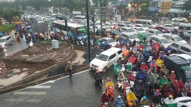 Giao thông cửa ngõ Tân Sơn Nhất tê liệt sau cơn mưa ảnh 9