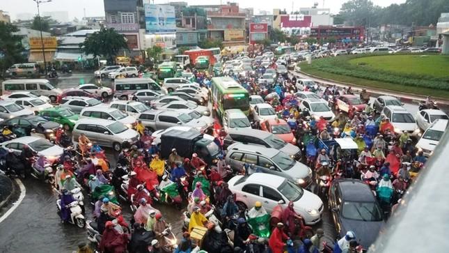Giao thông cửa ngõ Tân Sơn Nhất tê liệt sau cơn mưa ảnh 6