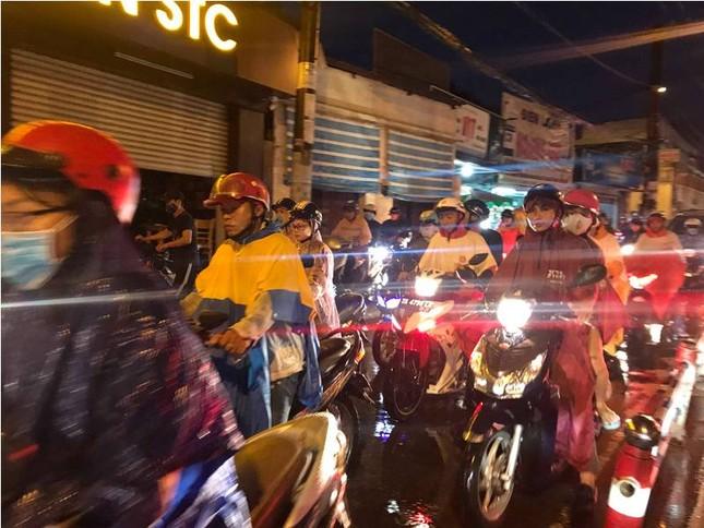 Giao thông cửa ngõ Tân Sơn Nhất tê liệt sau cơn mưa ảnh 12