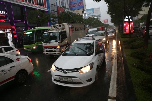 Giao thông cửa ngõ Tân Sơn Nhất tê liệt sau cơn mưa ảnh 11