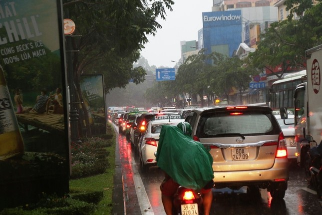 Giao thông cửa ngõ Tân Sơn Nhất tê liệt sau cơn mưa ảnh 7