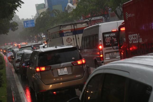 Giao thông cửa ngõ Tân Sơn Nhất tê liệt sau cơn mưa ảnh 10