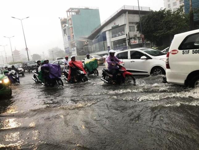 Giao thông cửa ngõ Tân Sơn Nhất tê liệt sau cơn mưa ảnh 2