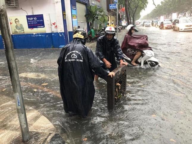 Giao thông cửa ngõ Tân Sơn Nhất tê liệt sau cơn mưa ảnh 3