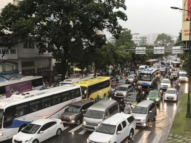 Giao thông cửa ngõ Tân Sơn Nhất tê liệt sau cơn mưa ảnh 8
