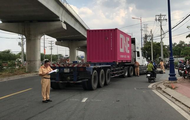 Bị xe container cuốn vào gầm, 2 người phụ nữ thương vong ảnh 1