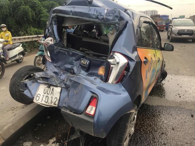 Ba ô tô biến dạng sau tai nạn liên hoàn, quốc lộ 1A kẹt cứng ảnh 1