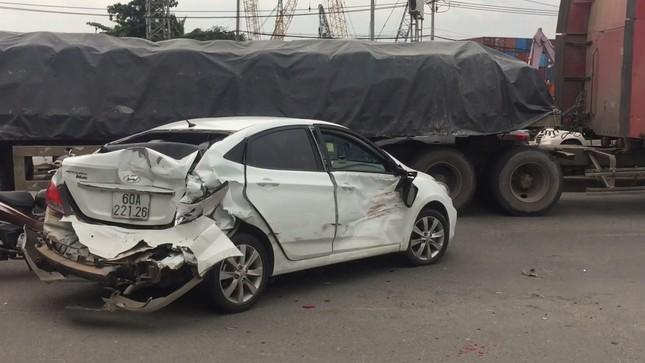 Ba ô tô biến dạng sau tai nạn liên hoàn, quốc lộ 1A kẹt cứng ảnh 2