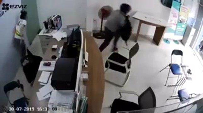 Nữ nhân viên cửa hàng điện thoại tay không chống trả tên cướp có dao ảnh 3