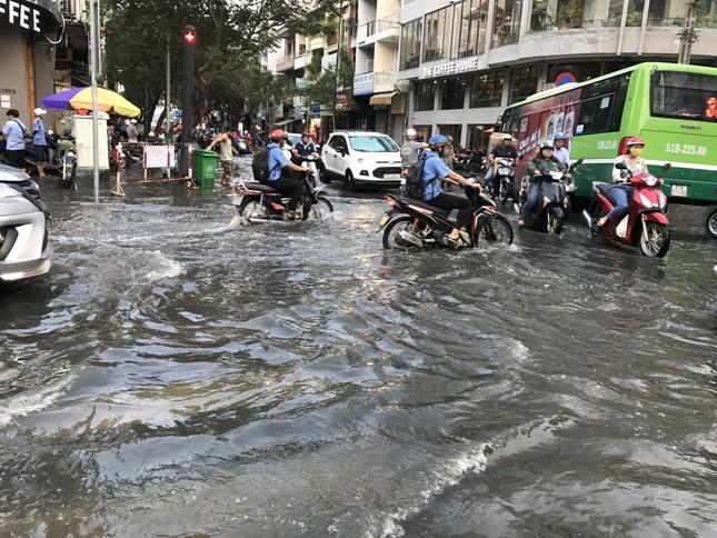 Người dân Sài Gòn vật lộn với triều cường trên đường về nhà ảnh 2