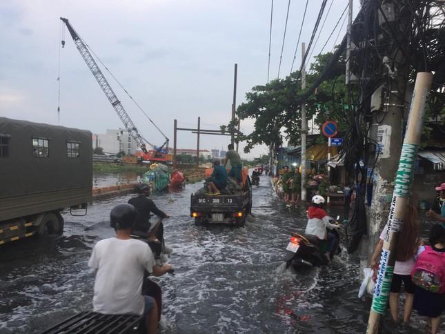 Người dân Sài Gòn vật lộn với triều cường trên đường về nhà ảnh 3