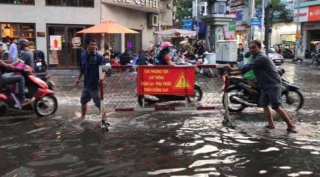 Người dân Sài Gòn vật lộn với triều cường trên đường về nhà ảnh 4