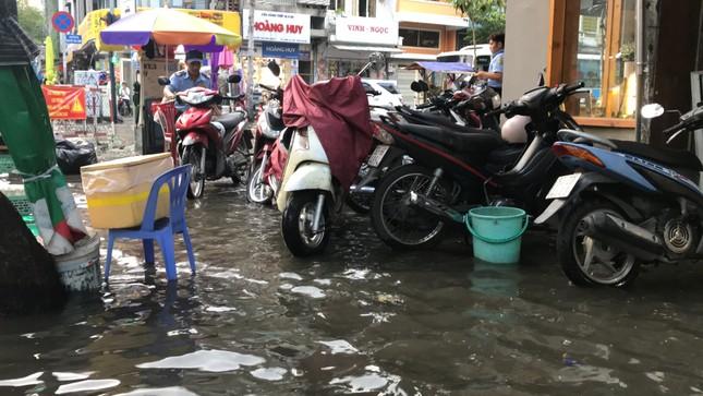 Người dân Sài Gòn vật lộn với triều cường trên đường về nhà ảnh 5