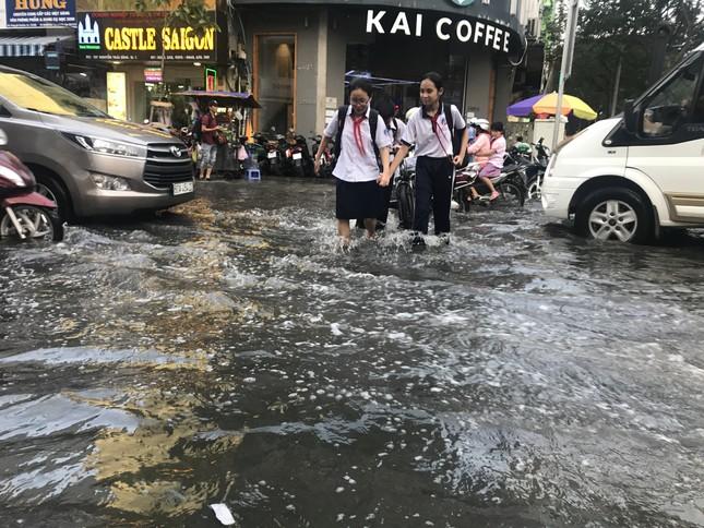 Người dân Sài Gòn vật lộn với triều cường trên đường về nhà ảnh 10