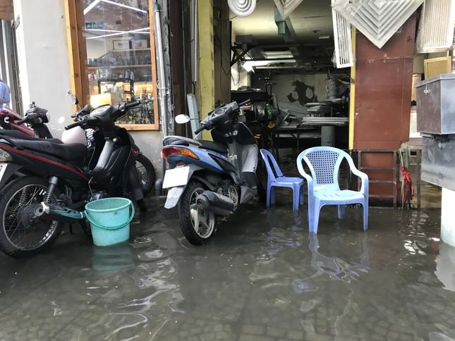 Người dân Sài Gòn vật lộn với triều cường trên đường về nhà ảnh 7